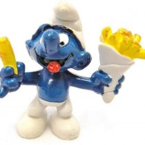 20131 – French Fries Smurf from the Smurfs by Peyo Schleich Vintage item Chip Shop Smurf with a bag of chips